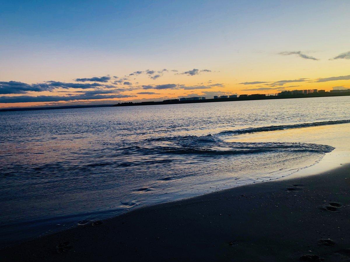 Sunset at Yarra bay. #Sydney #oceanwavespic.twitter.com/j5KfgKRIy9