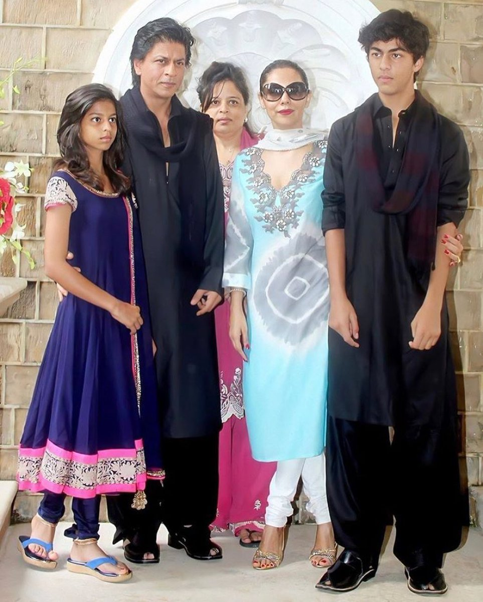 Throwback to the times when Khan's celebrated Eid with family  #shahrukhkhan #suhanakhan #gaurikhan #khansaab #shahrukh #kingkhan #shahrukhkhanfans #throwback🔙