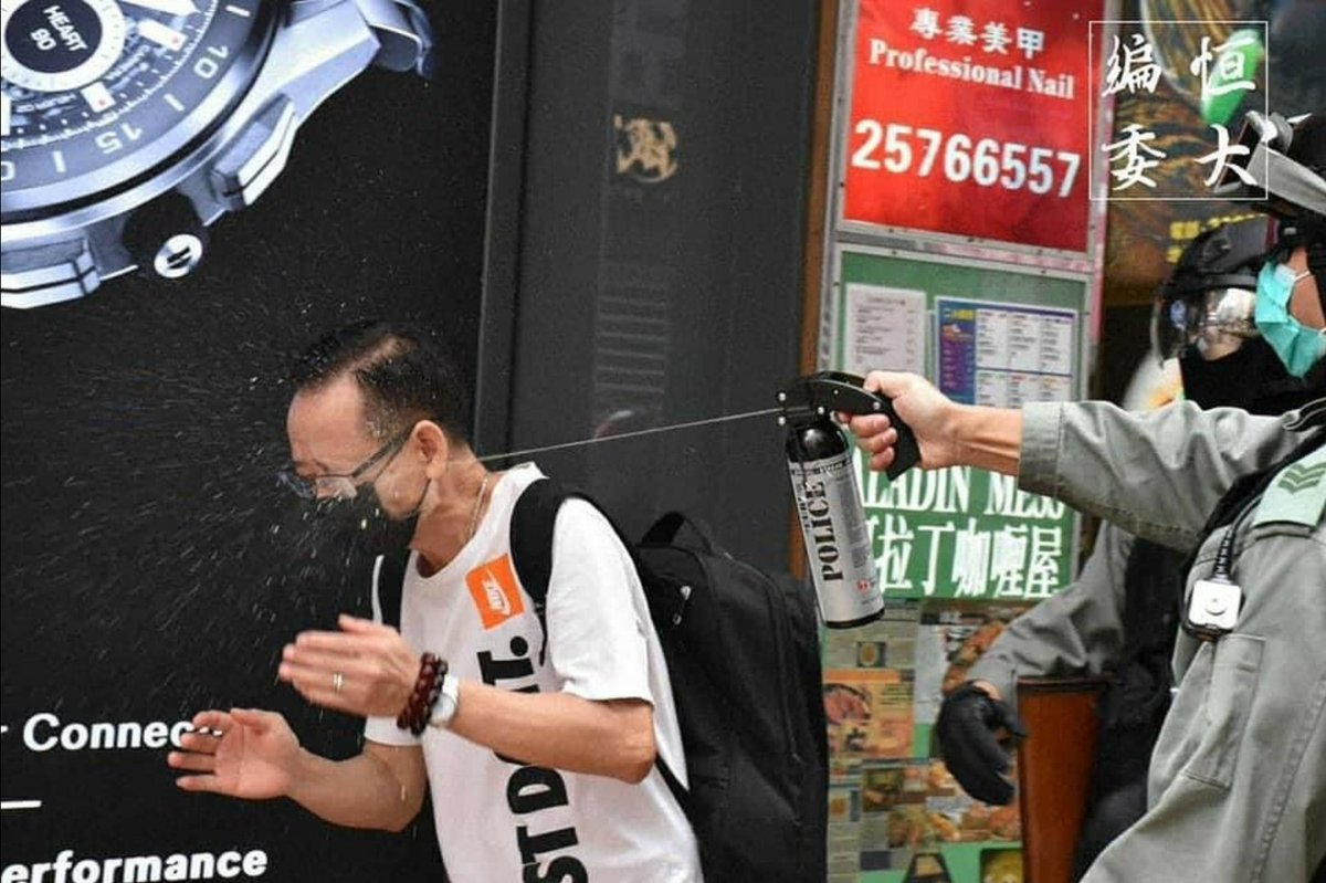 Without posing any immediate threat, Infamous #hkpolice still peppersprayed a citizen directly on his face.  @SolomonYue @lukedepulford @HawleyMO @benedictrogers #hkpolicestate #hkpoliceterrorists #Soshk #Standwithhongkong #hkpoliceEvil #黑警 #警暴 #香港pic.twitter.com/V31Z4bYJyI