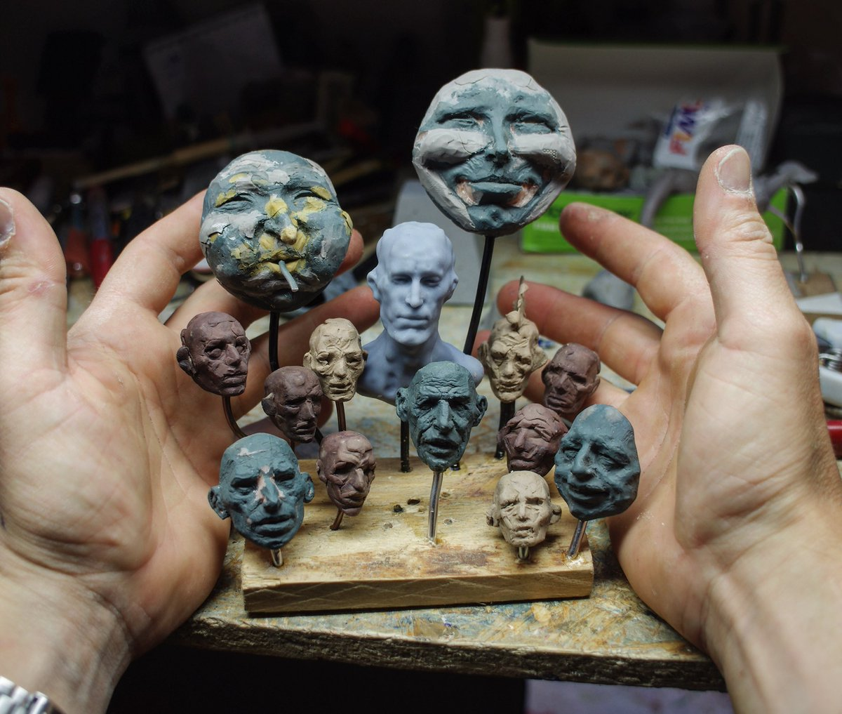 A collection of small head sketches . The one in the middle was my test print from January. 5 min head sketch in @oculusmedium then printed on my elegoo #3d #3dprint #analog #analogsculpture #digitalsculpt #traditionalart #traditionalsculpture #sculpture #art #modelage #clay pic.twitter.com/Yvirxapqr5