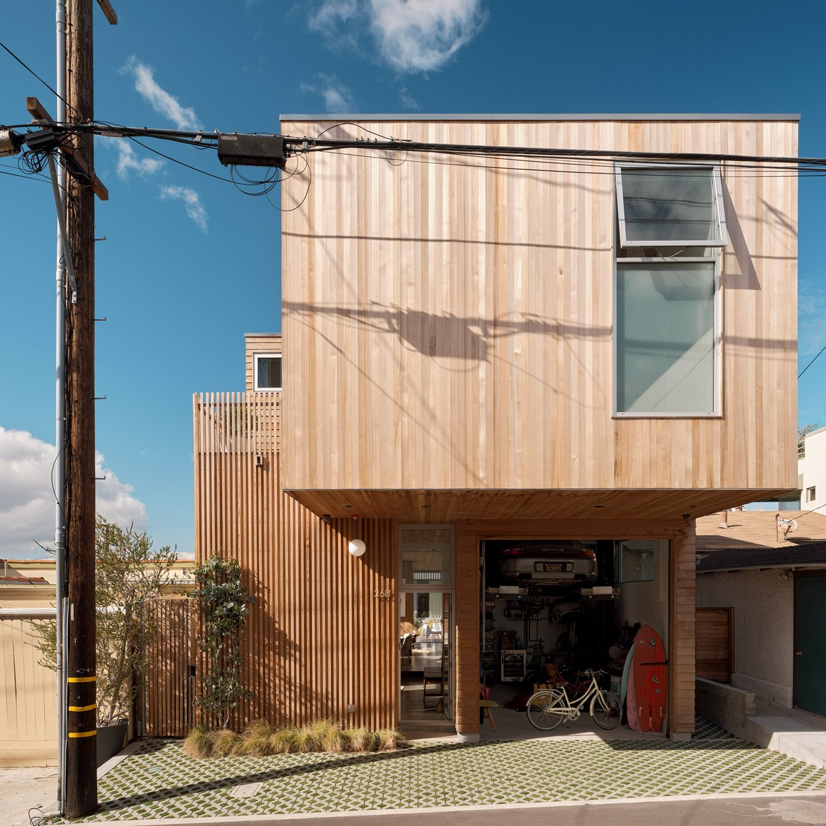 Ras-A Studio builds Walk-Street House near the beach in California _ The slats of cedar are milled in different ways to offer contrast and texture. Foto Joe Fletcher Desde @dezeen https://bit.ly/36r9wnP #Arquitectura #madera #MaderayConstrucción @Maderayconstrucpic.twitter.com/gK0CGt8FMI