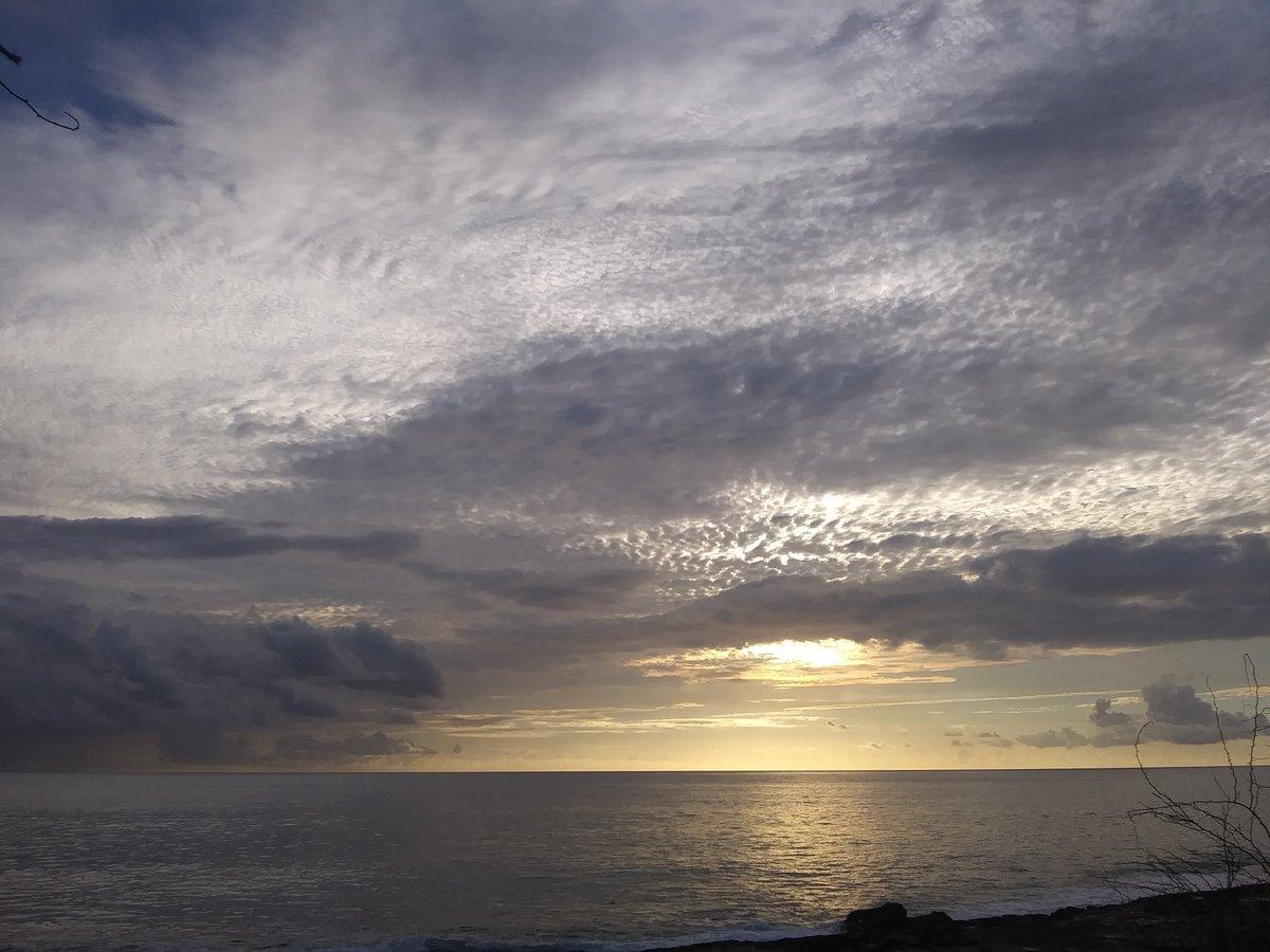 The amazing sky this evening~LWB photo #StormHour Oahu, Hawaii pic.twitter.com/6I3MX1P8uU