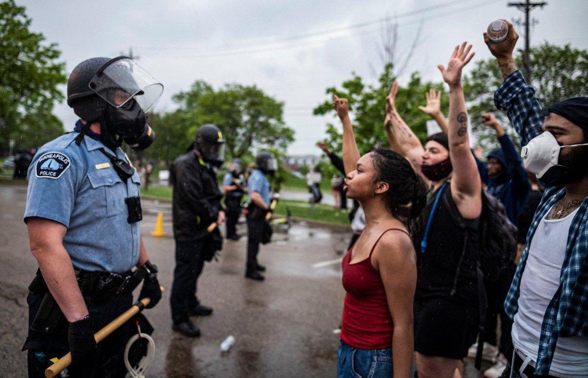 Da una protesta per #GeorgeFloyd. Afroamericano ucciso dalla polizia.  Minneapolis, USA. [ via New York Post e CBS Minnesota]  Le differenze: i suprematisti bianchi hanno protestato coi fucili contro le mascherine e il lockdown. Gli afroamericani per non essere uccisi. https://t.co/n1Hn42fEWD