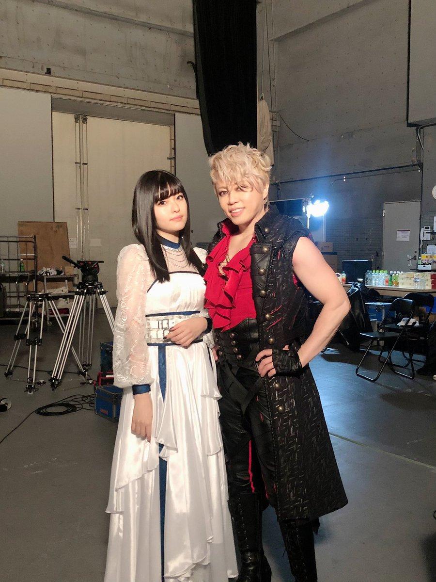 ついに本日、西川貴教+ASCA『天秤-Libra-』発売です⚪️⚫️私も朝から配信音源と配信MVを堪能してます。西川さんと全力でぶつけ合った歌で何倍ものパワーをもったこの曲がどこまでも届くことを願って。写真はMV撮影終わりの1枚⚖️ ASCA☟配信&購入#アニメ白猫#ゼロクロ