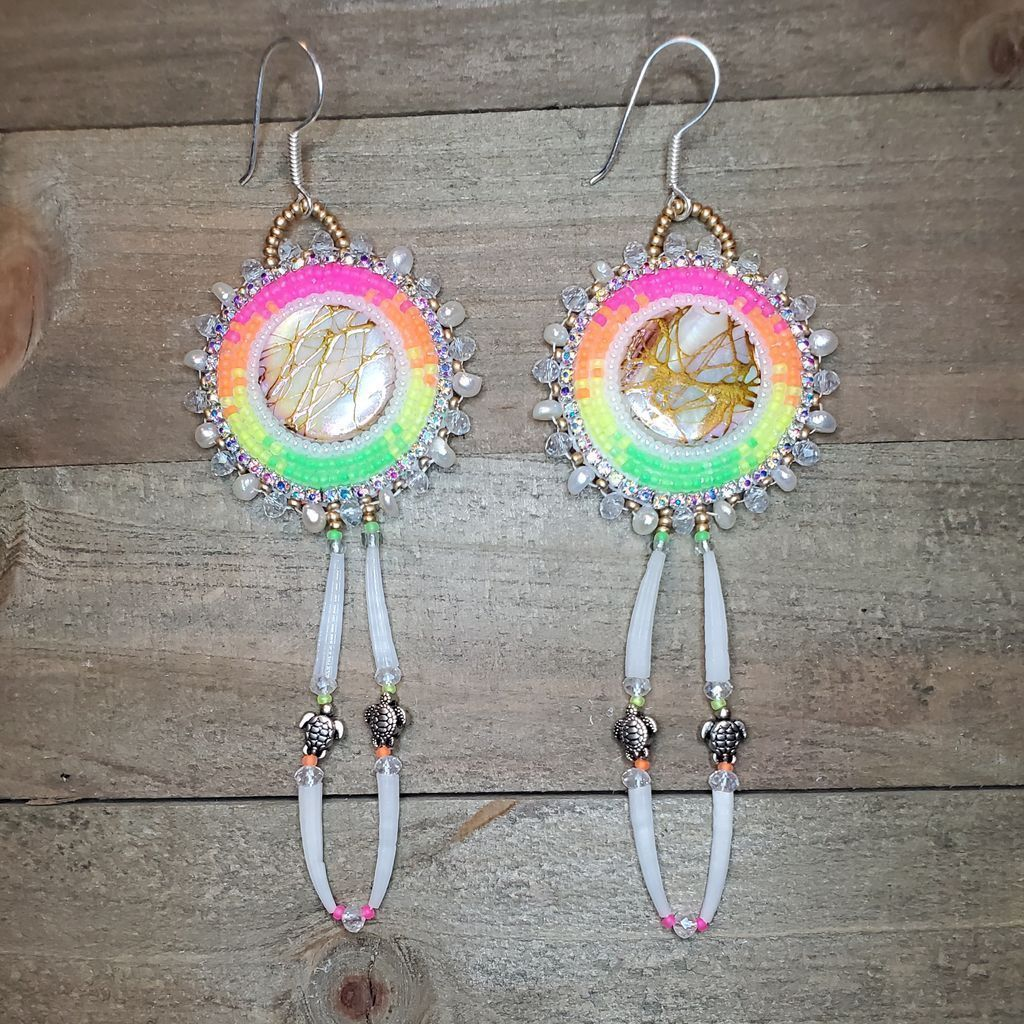 Neon Turtle Island... genuine pearls, dentalium, silver-plated turtles & ear wires, FREE US shipping in my Etsy shop. https://buff.ly/34tiaRC #NativeTwitter #TurtleIsland #beadwork #NativeAmerican #NativeMade #BuyNative #FirstNations #Statimc #AlaskaNative #Unangaxpic.twitter.com/cm6E5jnpaw