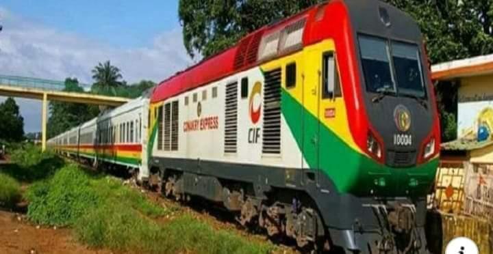 {#Transport} :  la #SNCFG signe un contrat de 2 milliards GNF avec #Albayrak pour nettoyer la voie ferrée de la SNCFG.   L'information a été livrée par le directeur de la Société nationale des chemins de fer de Guinée. #Guinée #Kibaro #ToutPourLaGuinée  @GnProgressive @AlphaAvecpic.twitter.com/CZaHpBEAGp