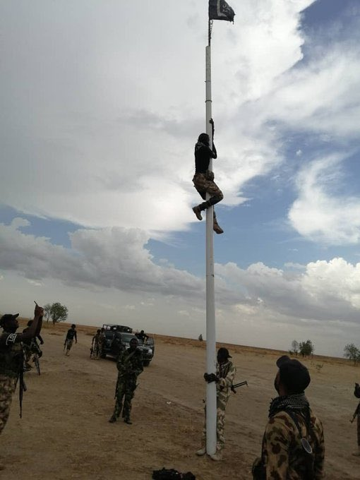 Our troops removing #BokoHaram flag and replacing it with the  Flag. The Nigerian Army has recorded remarkable successes recently while the offensive clearance operations against the insurgents in their enclaves is still ongoing. We owe Nigerian Soldiers our prayers & support.<br>http://pic.twitter.com/fGm3wfGgNA