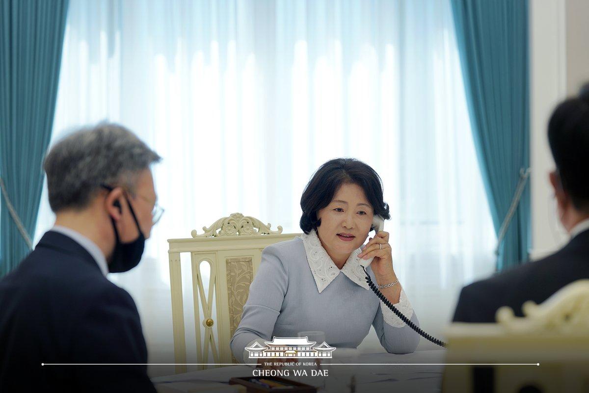 김정숙 여사는 '마틸드 필립' 벨기에 왕비의 요청으로 오늘 오후 3시부터 약 50분간 전화통화를 했습니다. 코로나19 극복 과정에서의 상호 공통 관심사에 대한 의견을 교환하고, 코로나19 극복을 위해서는 연대만이 살 길이라는 데 인식을 함께했습니다.   ▶ 서면브리핑 https://t.co/ZOdbeqqPzb https://t.co/GzE6bM42cl