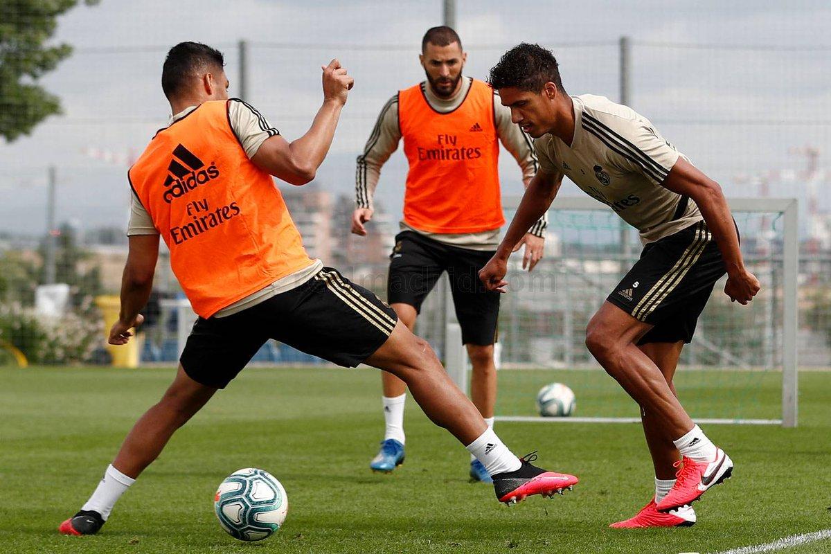 #Zidanedirigió en la#CiudadRealMadriduna sesión en la que la novedad fue que los jugadores se ejercitaron en dos grupos. El equipo inició el entrenamiento con un circuito físico sin balón sobre el césped. #RealMadrid #RMCity #RMLiga #LaLiga #HalaMadridYNadaMás #MadridismoUnido https://t.co/KYLHKYepj5