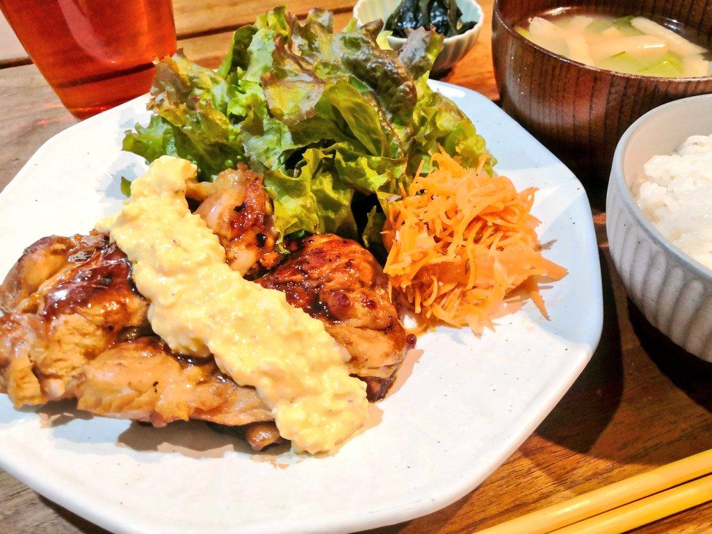 タルタルソースがけ照り焼きチキンで夕食。 炊きたてのななつぼしと✨  #おうちごはん https://t.co/uxr4rr0x2A