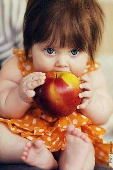 Hello  Do you like apples  I love apples  I like red apples  Apples are juicy  I've got ten pink toes  Are your toes pink  My Mummy says I'm cute  My Mummy is very nice  Daddy says I'm his cutie pie  I love Mummy and Daddy and apples ...little girls world pic.twitter.com/Nss0OTEzRw