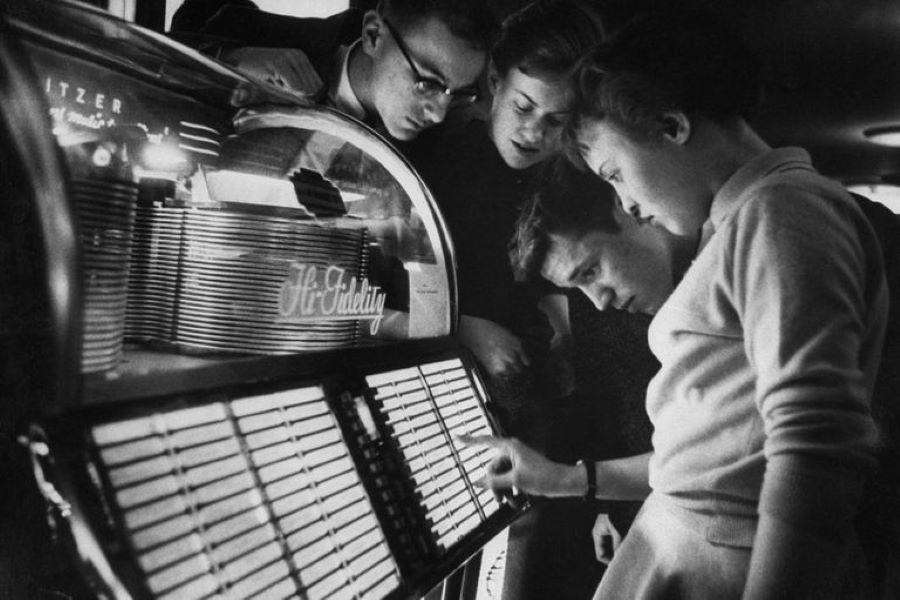 On ZANI - A Brief History of Jukeboxes https://bit.ly/3em5GPu  #Jukeboxes #Jukebox #Speakeasies #Wurlitzer, #Seeburg, #RockOla #rocknroll #music #subculture pic.twitter.com/6H4b1h4Byi