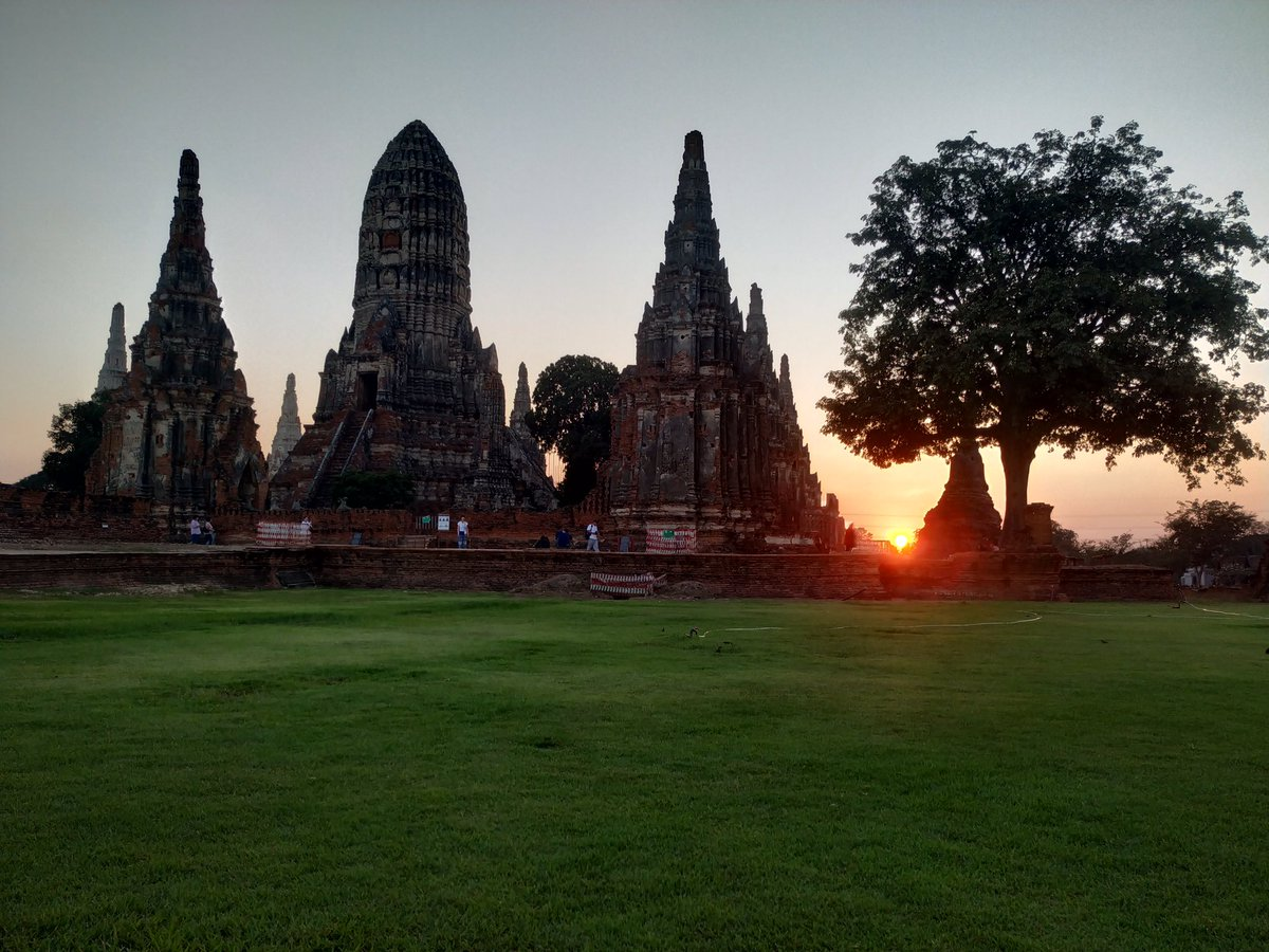 Just sit on the grass and feel the beauty of Mother Nature.  #WatChaiWattanaram #Ayutthaya #Thailand pic.twitter.com/jxc5A3U6ZL