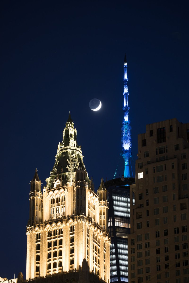 Last night's crescent moon setting over the pinnacle of The Woolworth #NYC pic.twitter.com/C0QdhlVwlf