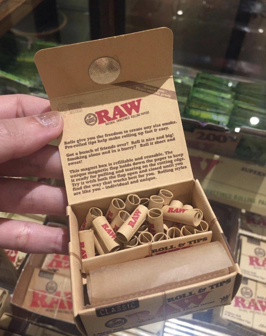 ในที่สุดก็ผ่านไปเกินครึ่งอาทิตย์ ใครเหนื่อยใครท้อ ทักหา RAW ได้เลย  Raw Masterpiece ครบจบในตัวเดียว แค่ 350 บาท ซื้อพร้อม Hempwick เพิ่มแค่ 30 บาท  #rawthailand #rollingpapers #กระดาษมวนraw #กระดาษมวนราคาถูก #กระดาษมวนราคาส่ง #raw #rawlife #happy420 #rawshop #filtertips #เสื้อraw https://t.co/W8BFYbJ300