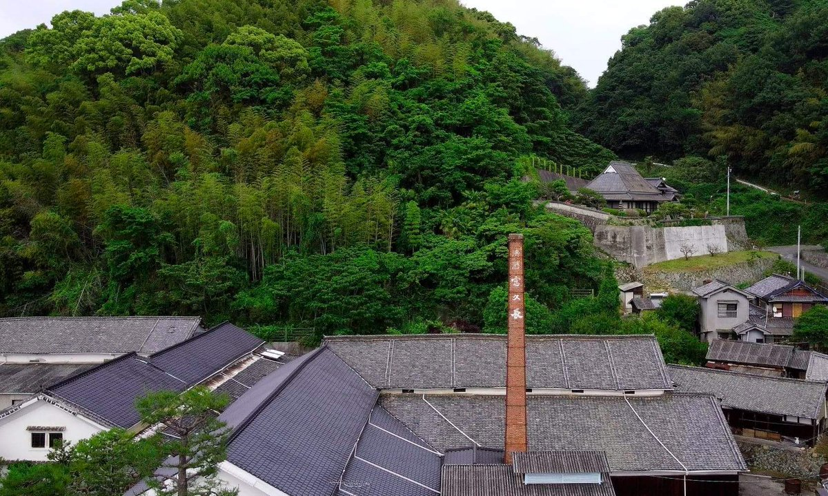 The rooftops of Imada Shuzo in Akitsu, Hiroshima. The house you can see on the hill belonged to Miura Senzaburo, the man often credited with creating the modern ginjo method 吟醸作りof brewing. He also came up with the name Fukucho 富久長 for Imada Shuzo's sole brand.   #fukucho https://t.co/ypElghM1Bd