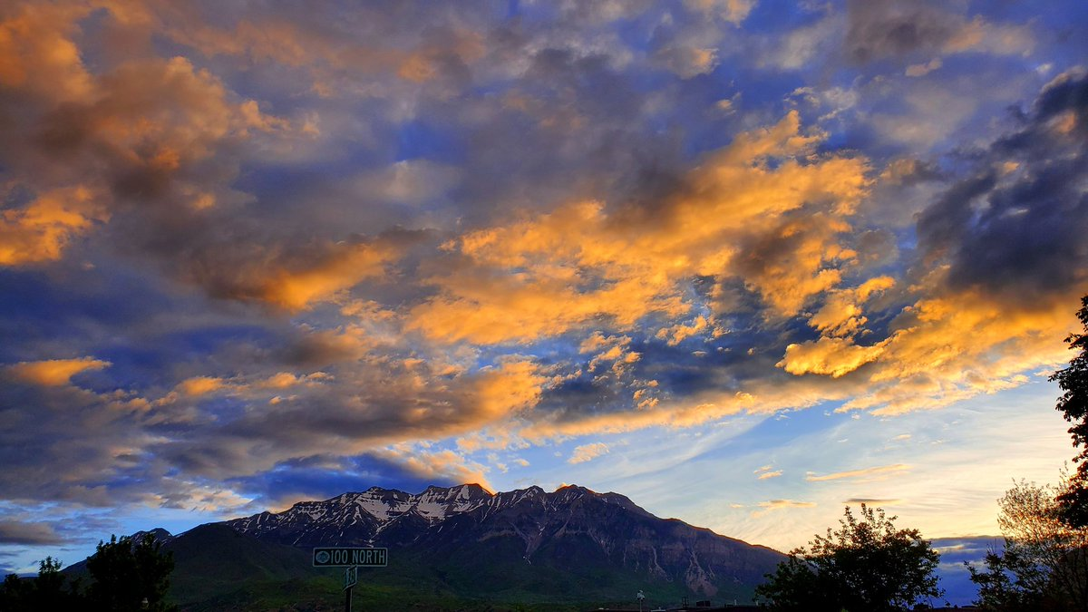 Sunrise over Mt. Timpanogos today. #sunrise #sunrisephotography #Photography #mountains #morningsky #clouds #sky #utah  #Nature #natureisart #natureislife #naturephotography #outdoors #outdoorphotography #Weather #weatherphotospic.twitter.com/ivCG9rYQk8