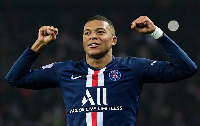 """Reporter: """"Kylian, if you had to choose between Messi and Cristiano Ronaldo, who would you pick?""""   Mbappé: """"I would bench myself so both can play."""" <br>http://pic.twitter.com/nFAA688kYJ"""