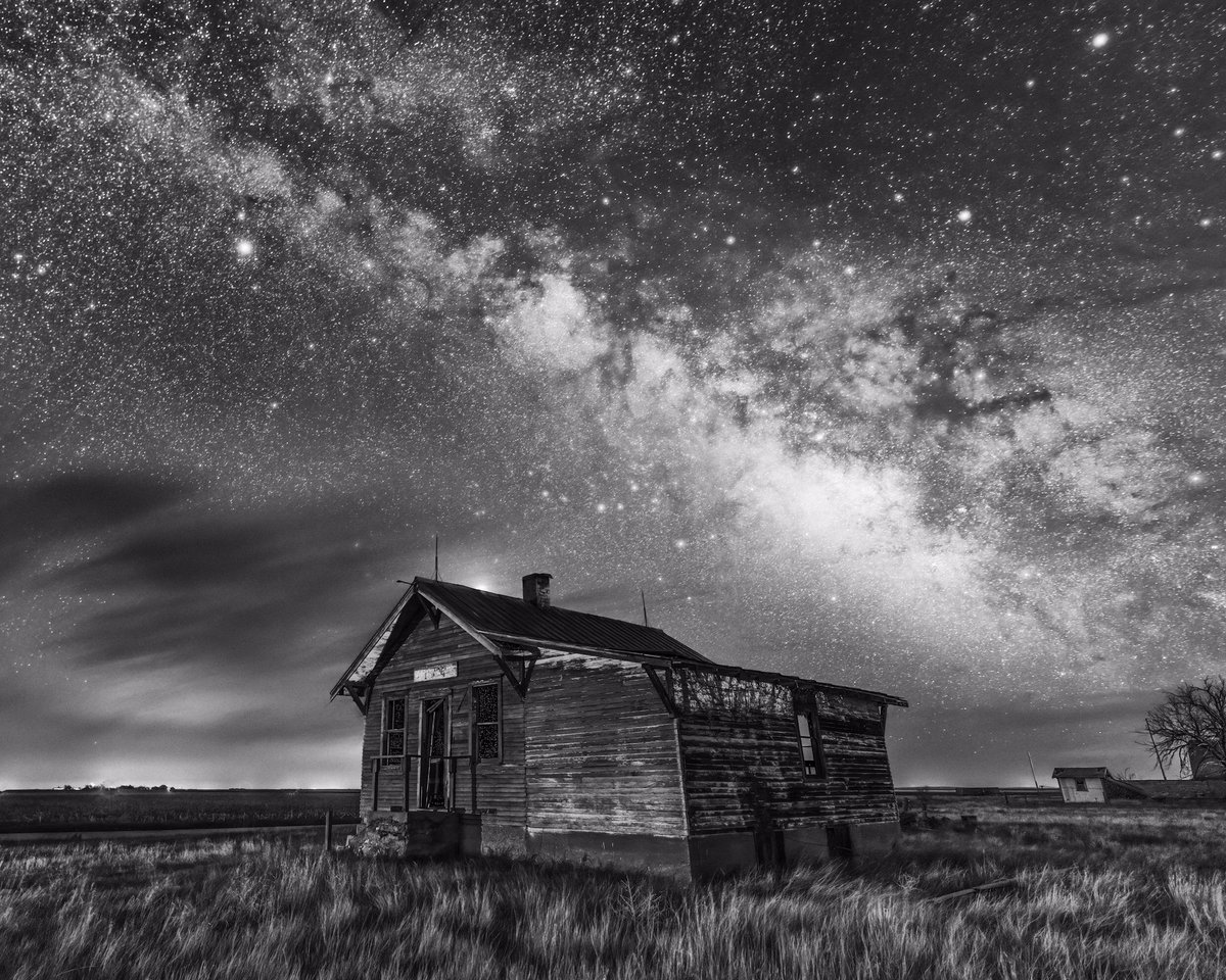 The Milky Way over an abandoned building out on the plains of Colorado.   @StormHour #POTW #StormHour pic.twitter.com/48ciqPycKX