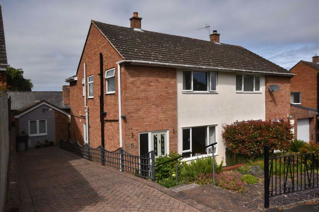 For Sale #Ledbury #Herefordshire OIRO £280,000 3 Bedroom, 2 Bathroom Semi Detached House Off Road Parking Immaculately presented Home Office/Playroom Energy Rating TBC This extended property has ample living space as well as gardens and off road parking pic.twitter.com/PbeONDdNVC