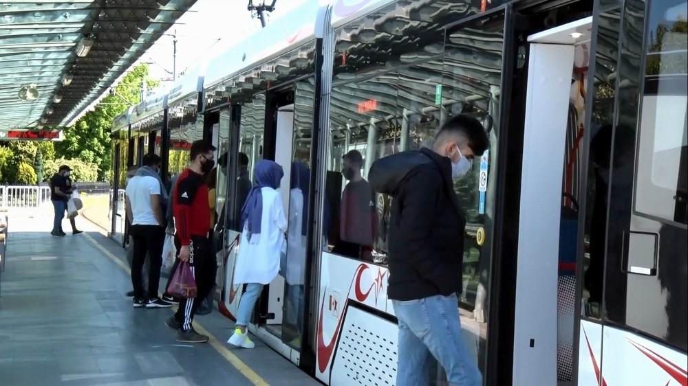 Korona günlerinde tramvay yolcu sayıları yüzde 87 azaldı: Korona virüsü vakalarının Türkiye'de görülmeye başlamasının ardından Samsun'da hafif raylı sistem (tramvay) araçlarını kullanarak yolculuk yapanların sayısı geçen seneye oranla yüzde 87, otobüs… https://www.kavakgazetesi.com/haber/guncel/korona-gunlerinde-tramvay-yolcu-sayilari-yuzde-87-azaldi?utm_source=dlvr.it&utm_medium=twitter…pic.twitter.com/iPJvdnquXy