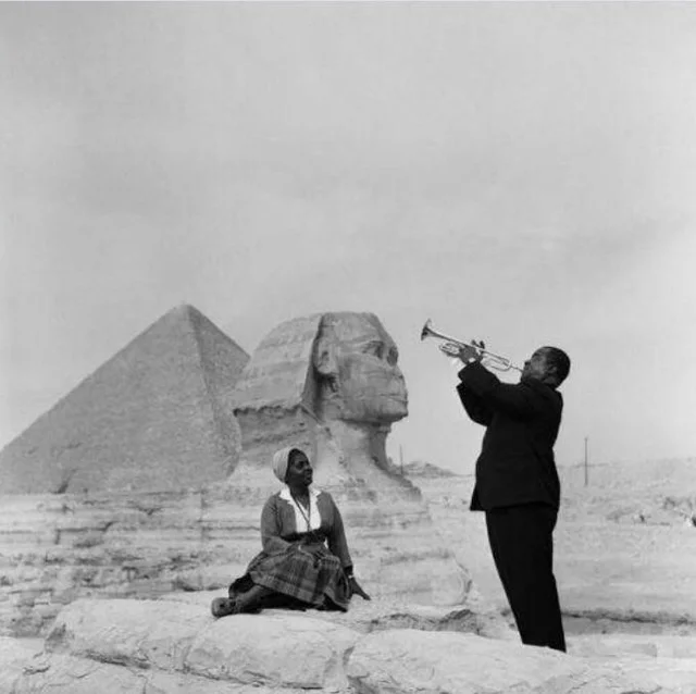 Louis Armstrong plays for his wife in Giza, 1961. #travel #photography #photographylovers #PhotographyIsArt #history #Egipto #giza #love #beautiful #incredible #world #awesome #wholesome #adorable #marriedpic.twitter.com/iVRJIfstmJ