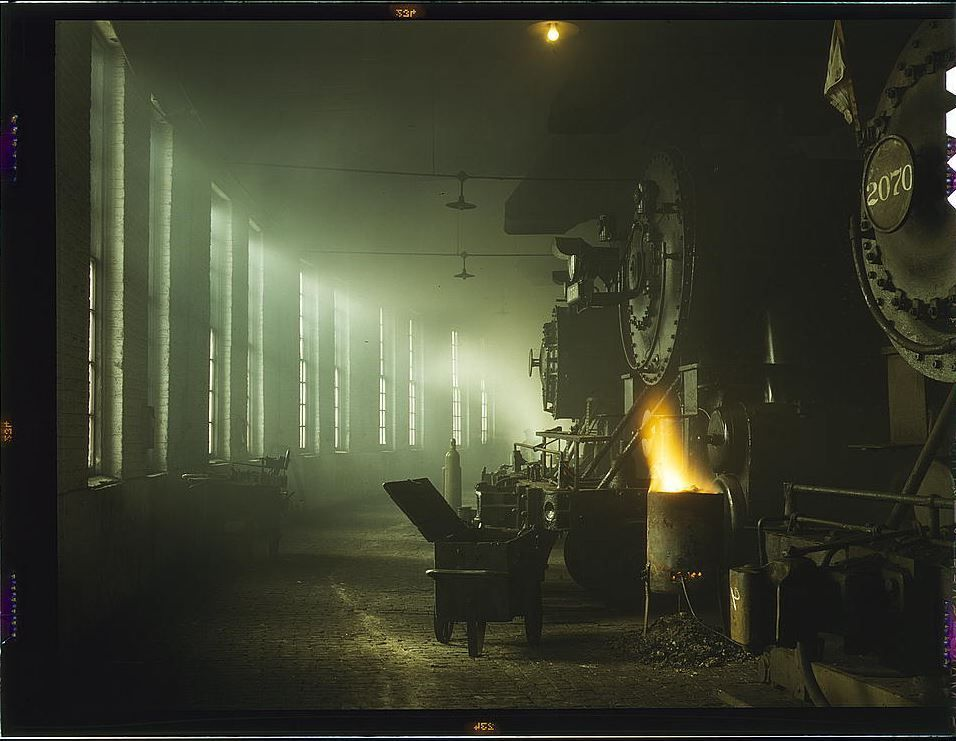 When railroads were king and transportation was civilized. Beautiful industrial photo taken inside the Chicago & North Western Railroad locomotive shop in December 1942. (from Library of Congress archives) #railroads #railroadhistory #1940s #1942 #ww2 #ww2history <br>http://pic.twitter.com/vZydtJ6ZHl