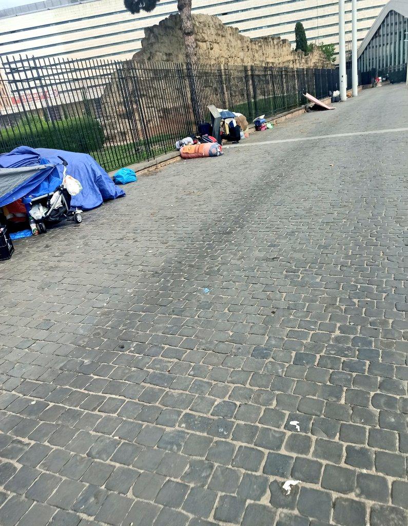 """test Twitter Media - Sgomberato l'accampamento nel parcheggio della Stazione di #Roma Termini, ma dopo due giorni questi disperati sono tornati, sistemandosi alla meglio di fronte uno dei cancelli dell'hotel """"Palazzo Cinquecento"""".Serve una soluzione ragionata, non un altro sgombero❗📸 https://t.co/XxA5VLRCMb"""