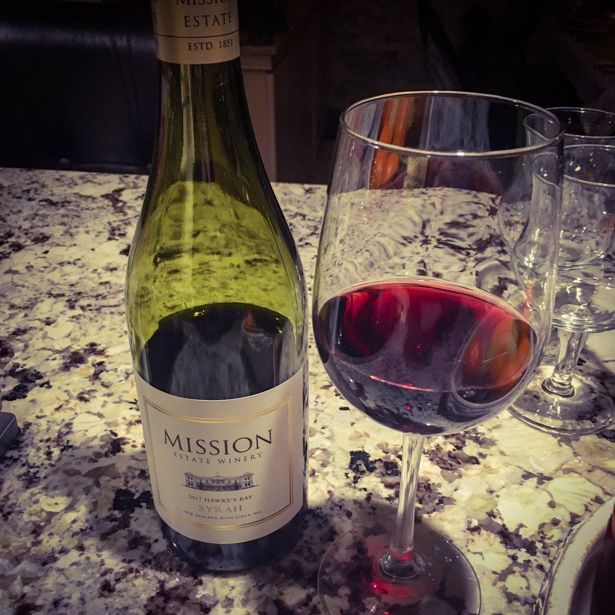 Mission Estate Syrah Hawke's Bay 2017 - Nouvelle-Zélande [ 85 pts] Il a un nez floral très expressif. En bouche, l'acidité est très agréable mais l'ensemble manque de complexité et se texture. #wine #winetasting #winelover Détails http://bit.ly/2ZH7ApLpic.twitter.com/96uOxyck5F