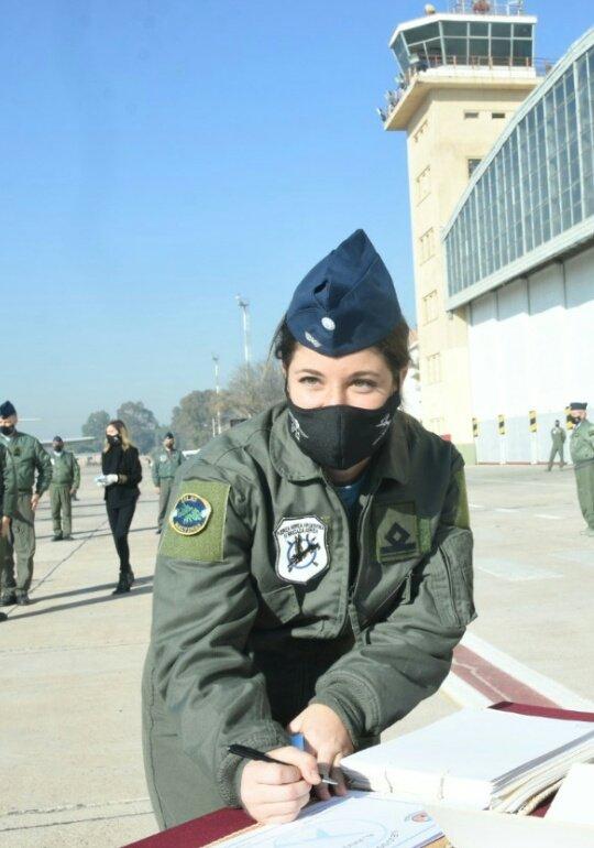 Hoy  realizo su primer vuelo solo Sofia Vier . La que sera la primera piloto de caza de argentina 😎💪🇦🇷 https://t.co/iZtmBid6gu