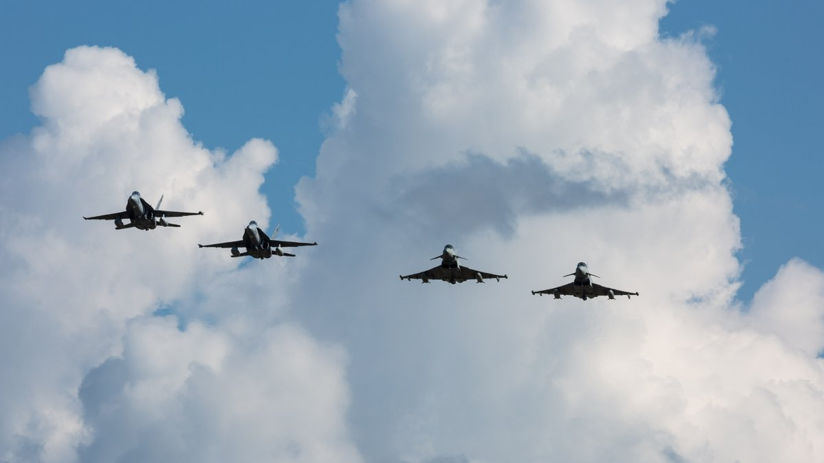 RAF Typhoons currently based in Lithuania, conducting the @NATO Air Policing Mission, have been conducting training sorties with the Spanish Air Force.  The Spanish F-18 Hornets are also currently based at  Siauliai and are also carrying out the Baltic Air Policing Mission. (1/4) https://t.co/DQycbtcaxm