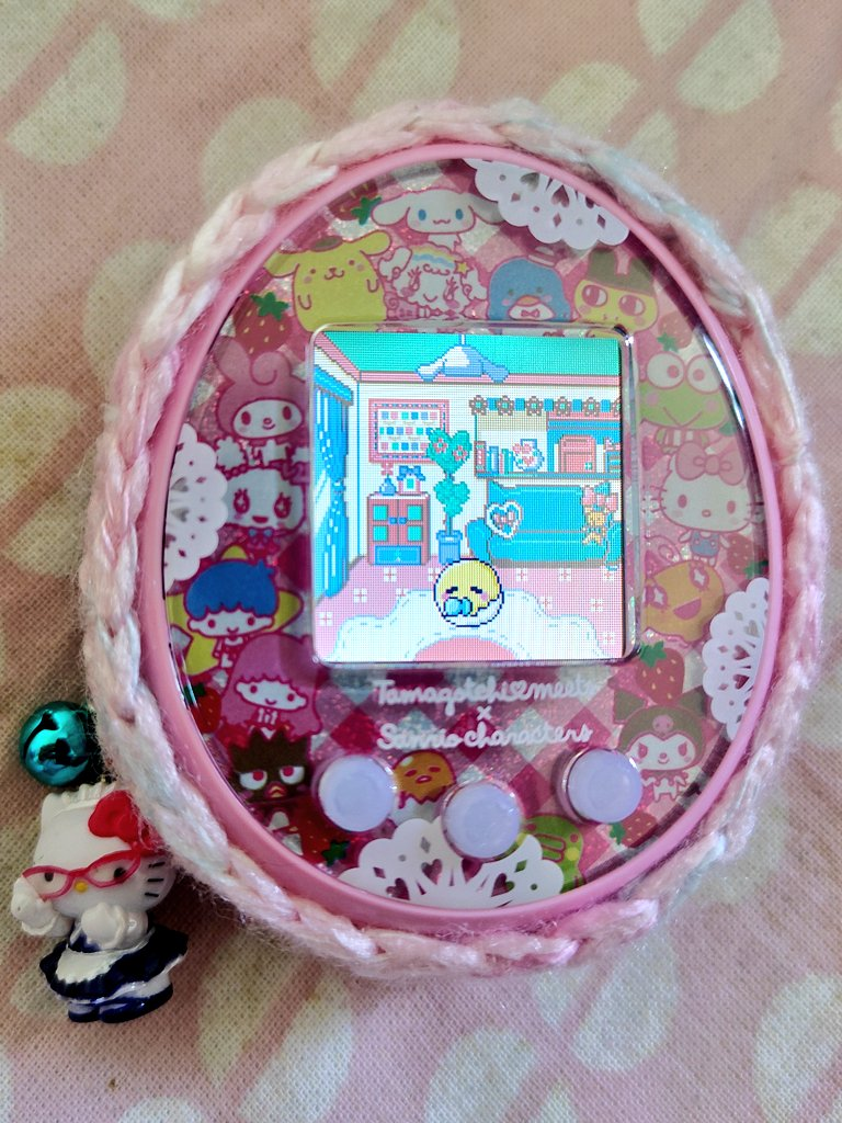 My Sanrio Meets arrived, and I got a boy! I'm going to try for a Kuromametchi, bit we'll see how it goes ^^ My case luckily arrived on the same day, it fits really well and I could put my Hello Kitty charm on it too  #tamagotchi #SANRIO pic.twitter.com/Nnw02rcyqc