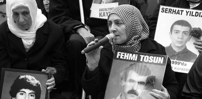 8/16 Fehmi Tosun,1998'de güpegündüz onlarca kişinin arasında, kafasına silah dayanarak, telsizli kişiler tarafından bir arabaya sokuldu. Olayı pencereden gören eşi Hanım Tosun,deli gibi merdivenleri indi ama kapının önüne geldiğinde kocası ortada yoktu.Onu bir daha da göremedi.