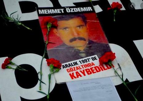 7/16 44 yaşındaki Mehmet Özdemir,29 Aralık 1997'de Diyarbakır hayvan pazarında telsizli kişilerce gözaltına alındı.Karakola giden aileye, sorgulandıktan sonra çıkar dediler. Ailenin içi rahatladı. Ancak ertesi gün tekrar gittiklerinde o meşum cümleyi duydular: Bizde yok!