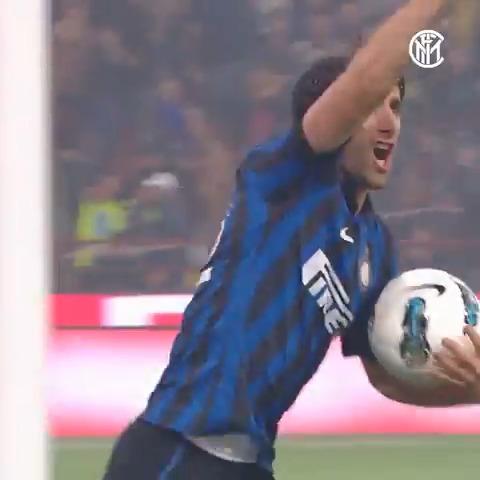 🎯   PRECISIONE Diego #Milito aggira Abate e si prende il penalty: trasformazione perfetta dellargentino e siamo di nuovo in partita!!! VINCIAMOLO questo #DerbyMilano!!! 🤜🤛 #InterMilan 2⃣-2⃣ #InterClassics ⚫️🔵⚫️🔵 #FORZAINTER