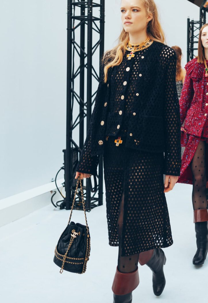 Zoom sur le 26e passage du défilé  de la collection #CHANEL prêt-à-porter automne-hiver 2020/21, imaginée par #VirginieViard #ChanelFallWinter #FallCollection  👉 https://t.co/HpUumpd1gi L'héritage de Coco Chanel #espritdegabrielle https://t.co/MlyhWJN7s8
