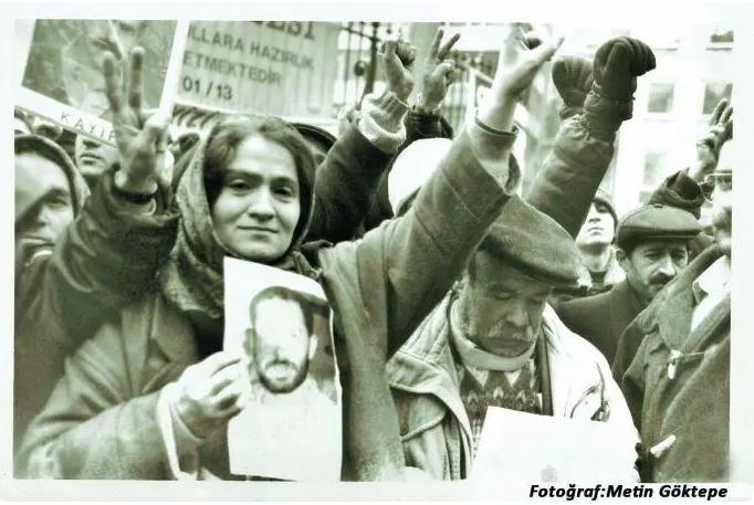10/16 Sonradan öğrenilecekti ki Hasan, Newroz gösterileri sırasında gözaltına alınmıştı. Bir mahkemede kalkıp hakime Oğlumu kimden sorayım deyince görevli komiser, Gel ben seni oğluna götüreyim dedi. Sağ mı? İnanayım mı? derken içerde buldu kendini.