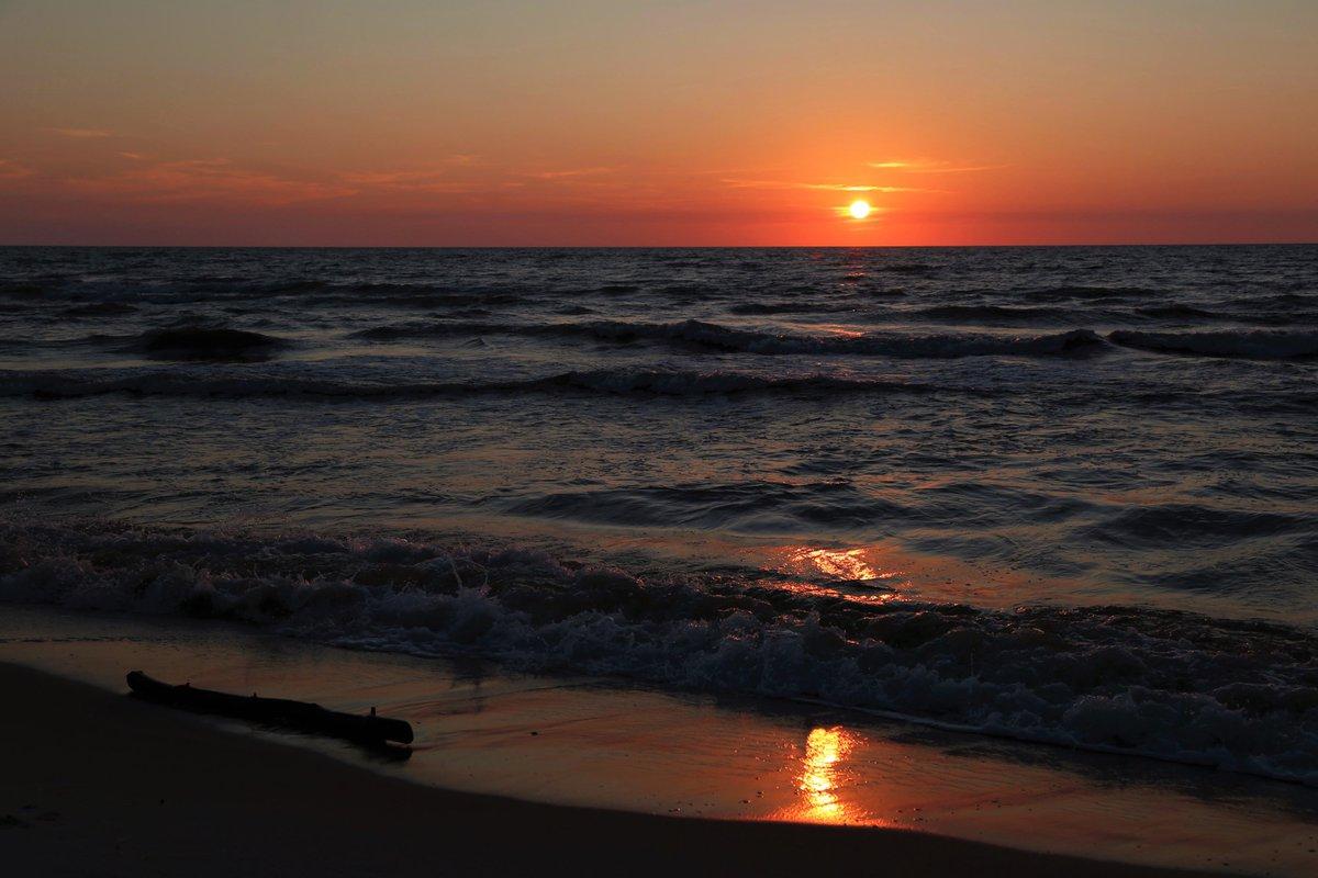 #zachodzik na miły  #wieczór #Polska #sunset #naturelovers #photo #photography #landscape #NaturePhotography #nature #beautiful #fotografia #spring  #sunsetlover #krajobraz #zachódsłońca #pomorskie #Bałtyk #morzebałtyckiepic.twitter.com/gtVoW35A7t