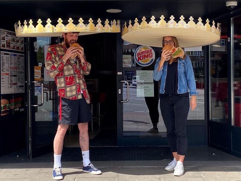 Burger King creates giant crowns to make sure customers safely distance  http:// ow.ly/728d50zRREo     <br>http://pic.twitter.com/1w9uxE8Cwa