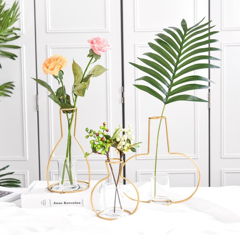 Cara is a vase that is at once innovative and beautifully simple.  Visit:   #vase #flowers #minimal #innovative #finearchitecture