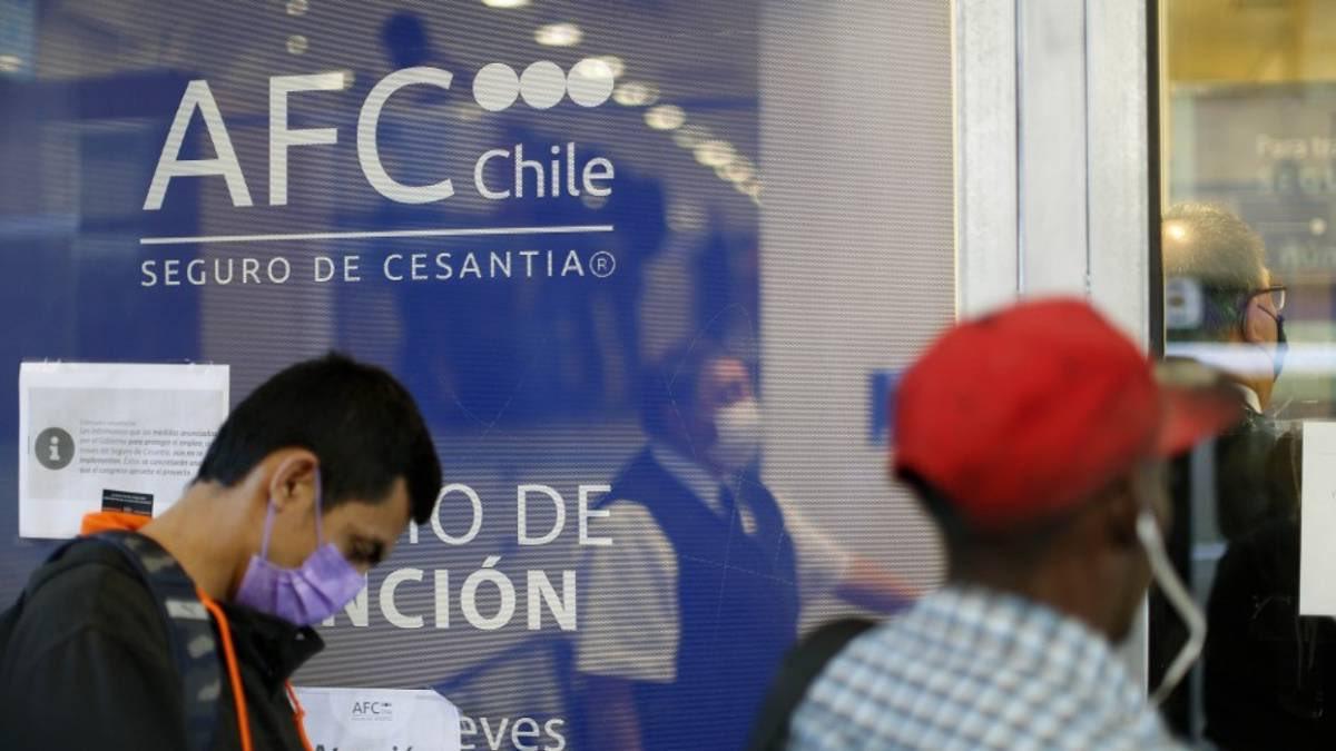El #desempleo alcanza 15,6% en el gran #Santiago. Lo grave es q las familias están desprotegidas, seguro de cesantía bajo, ayuda del gobierno insuficiente. Los 80 están a la vuelta de la esquina. Para proteger a la población hay soluciones,  deuda, impuesto a los + ricos.pic.twitter.com/aVGx5wEZV7