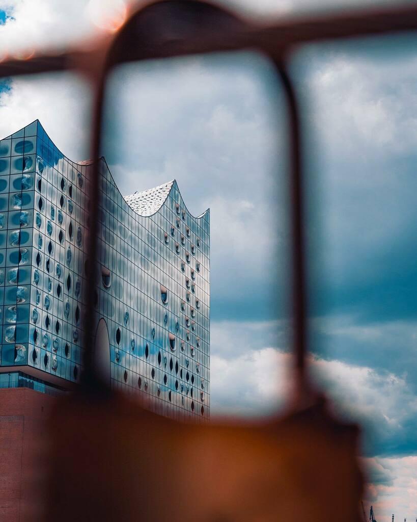 Insert dramatic quote about looking through locks...  . . . #insta_germany #irishphotographers #germany #photography #canon #canondeutschland #700d #natgeo #travelgram #discovergermany #urban #bridgeshot #expat #moodygrams #hamburg #citykillerz #cit… https://instagr.am/p/CAtFRCxpZS9/pic.twitter.com/Zs4RwqRZ3E