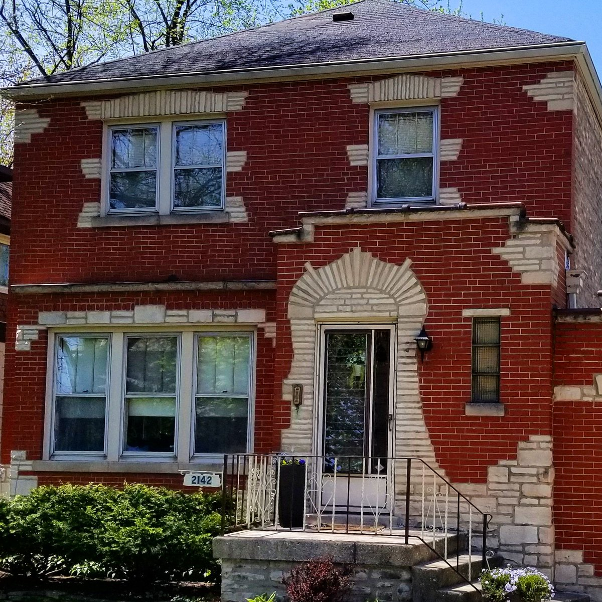 Lovely brickwork on this beautiful Chicago home. Moving soon? I can help you with that.  #architecture #brick #beautiful #chicago #WednesdayMotivation #selling #buynow #realestateagents #realtor #walkingpic.twitter.com/waocLbZ19K