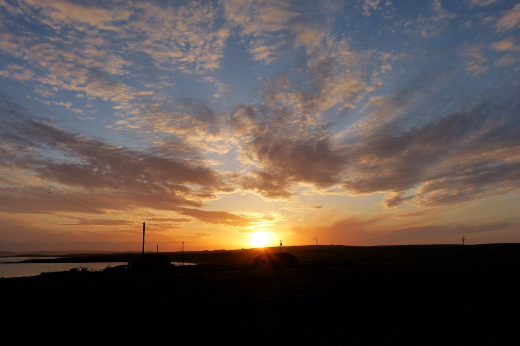 It's been a lovely warm day here and we were treated to a great sunset #Orkney #loveukweather #StormHour pic.twitter.com/VbZBfu4Ja2