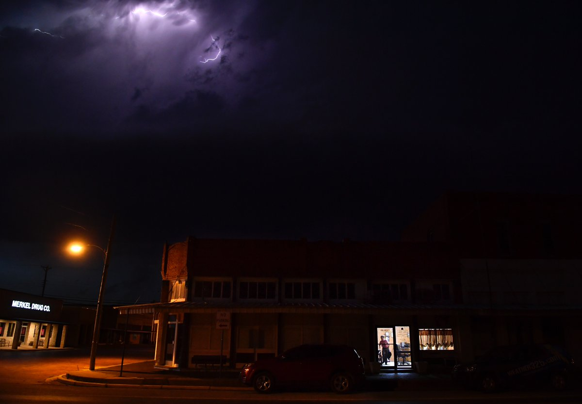 John Starbuck, turning out the lights at the 130 year-old Merkel Mail in Merkel, #Texas. Today was the last #edition of the #newspaper. #smalltown #journalism #journalismmatters #lightning #newsdesert #news pic.twitter.com/yH4QSRQyq6