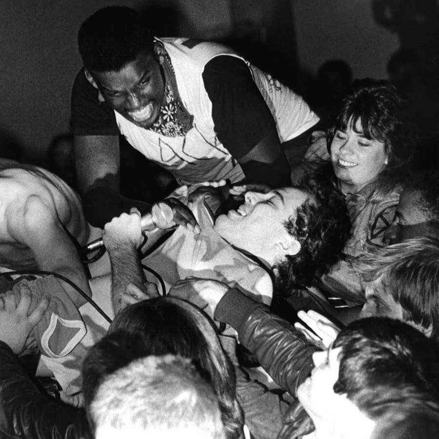 #JelloBiafra, lead singer of the #DeadKennedys, dives into a New York City crowd in 1980 photo: John P. Kelly #rarephotos #punk #classicpunkpic.twitter.com/QfkrkvyYRd