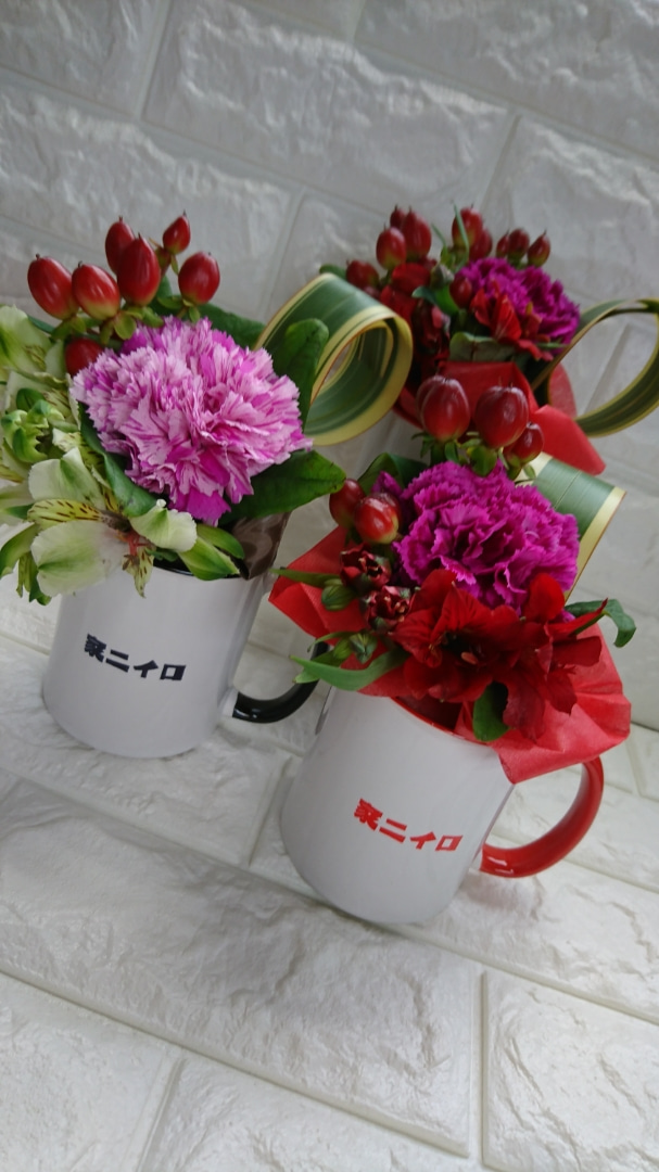 いつも楽屋花をお願いしているセンスの良いお花屋さん『アトリエ オスカル』の詩音ちゃんが、素敵コラボしてくれましたぁ!助け合いね!ありがとうございます😊#そうは言っても #用がないなら #家ニイロ 🏠