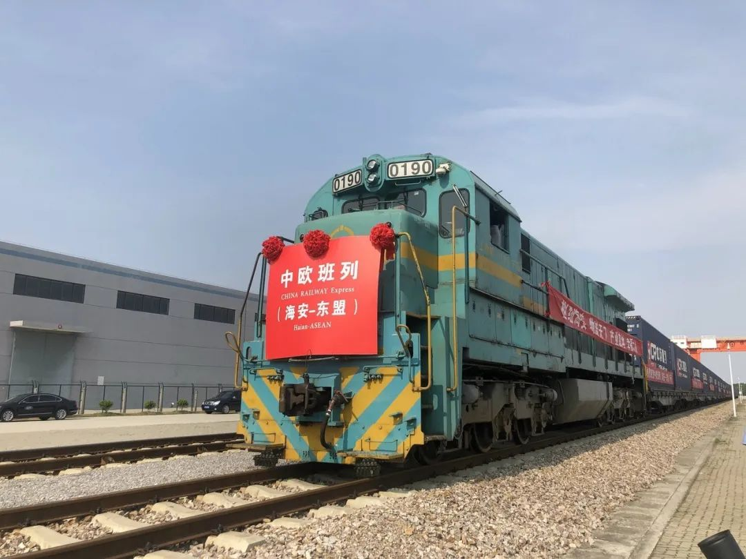 A freight train carrying industrial materials, textile machinery, photovoltaic and electronic products departed for Hanoi, Vietnam, from E China's Jiangsu Province on Tuesday.  It is the first international freight train to travel from the Yangtze River Delta region to the ASEAN. <br>http://pic.twitter.com/KGHnTa86ia