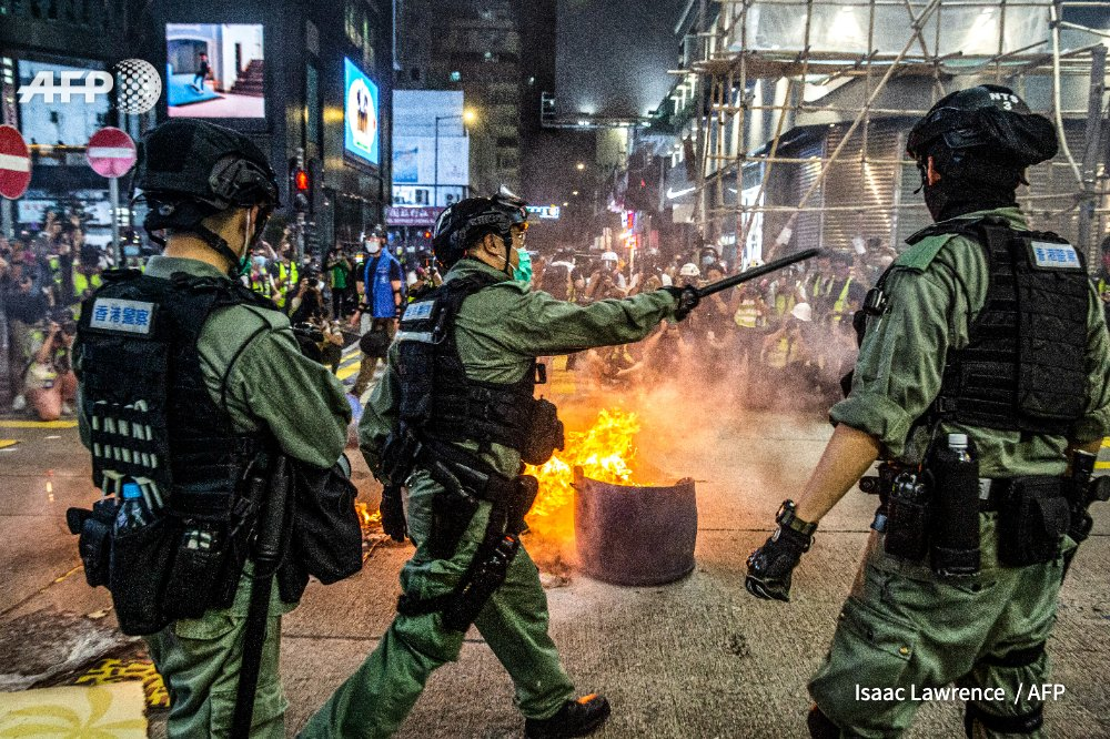 US revokes Hong Kong's special status under US law, opening the way to strip trading privileges for the financial hub as Washington accuses China of trampling on the territory's autonomy   http:// u.afp.com/3Aqv       Isaac Lawrence<br>http://pic.twitter.com/ZIu44Lt34F