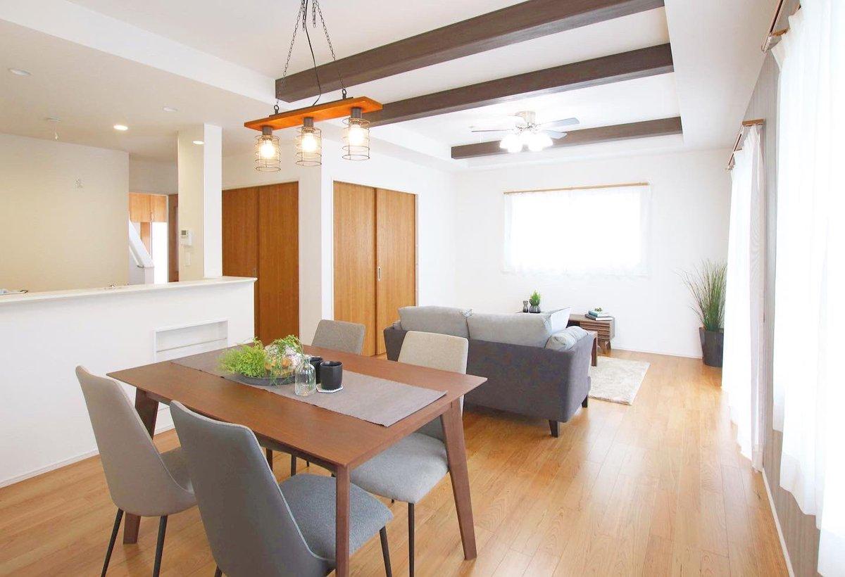 東広島市西条町 新築戸建住宅のホームステージングです 落ち着いた色の家具で「明るく温かい空間」を演出しています。 #東広島 #落ち着きのある空間 #ヴィンテージ家具 #くらし #vintage #vintagehome  #interiordesign #homedecor #homestaging #houseinspo #keidesignbase #ホームステージング広島pic.twitter.com/fAroHdE1UM